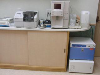 左:血液生化学検査器 右:血球計算機  右下:ガス滅菌器